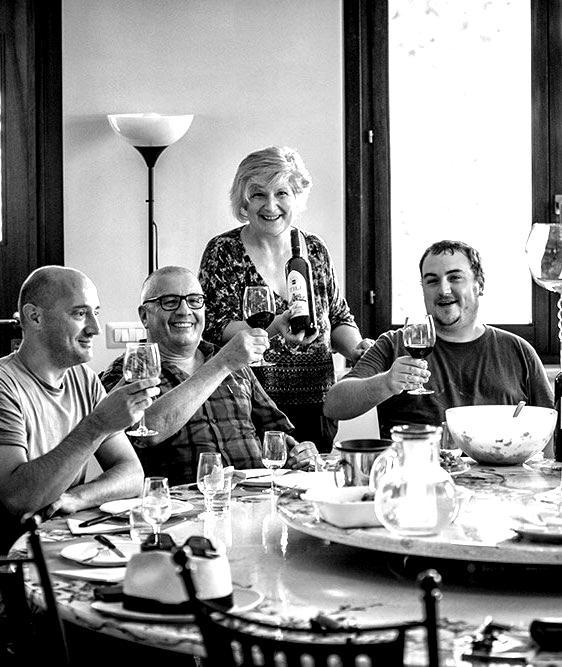 Tili-Vini-Assisi-Degustazione-a-tavola-Tili-blackwhite-min